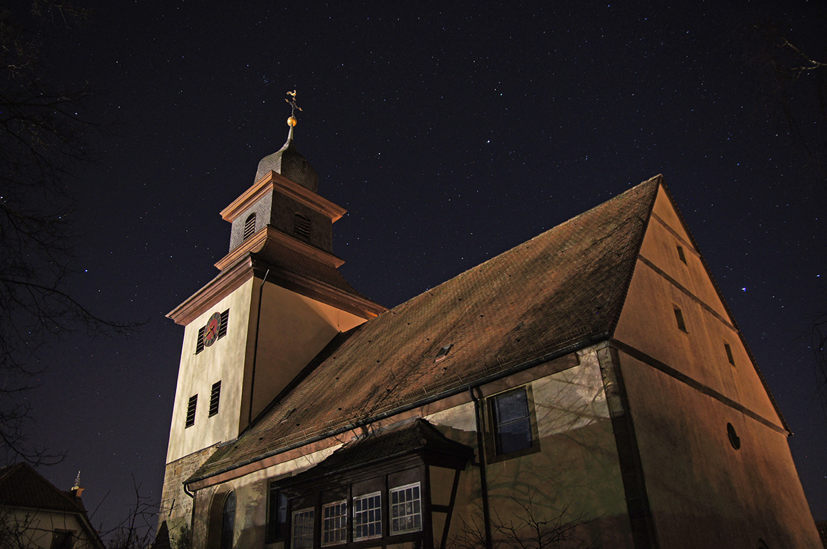 Willsbacher Kirche mit Sternenhimmel